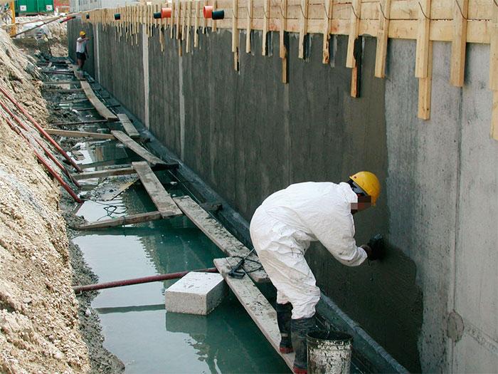 Нанесение проникающей гидроизоляции на фундамент здания