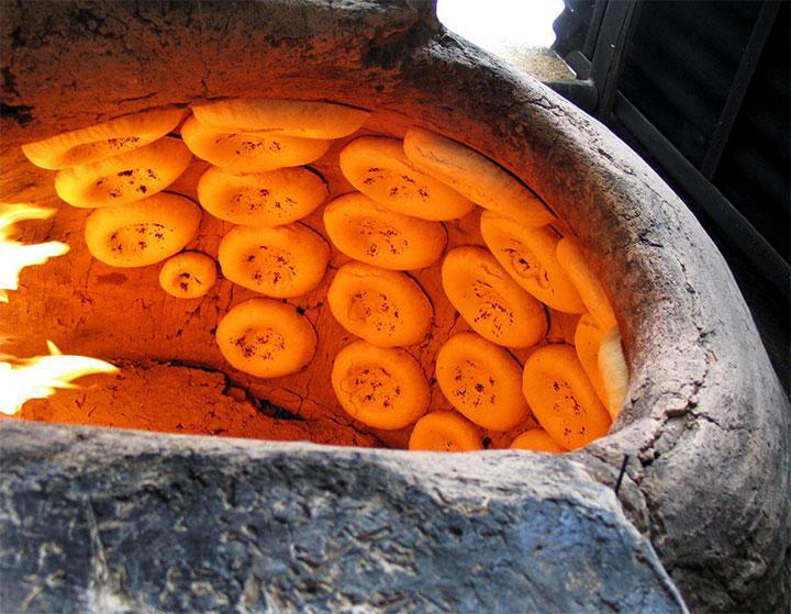 Приготовление лепешек в тандыре