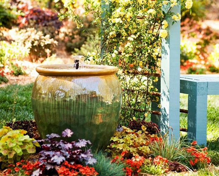 Декоративный мини фонтан в саду