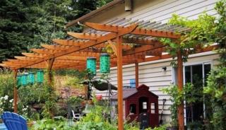 Деревянная пергола пристроенная к дому