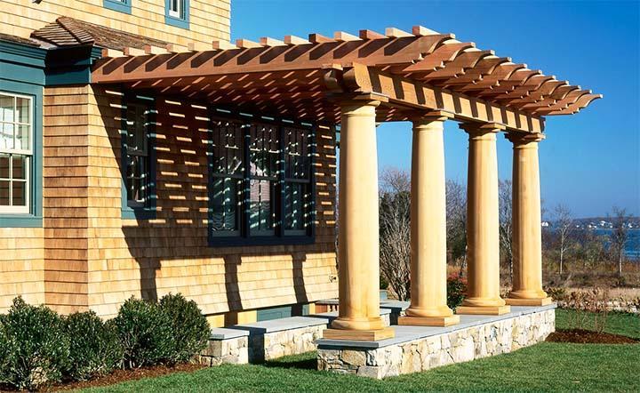 Пергола с каменными колоннами в античном стиле