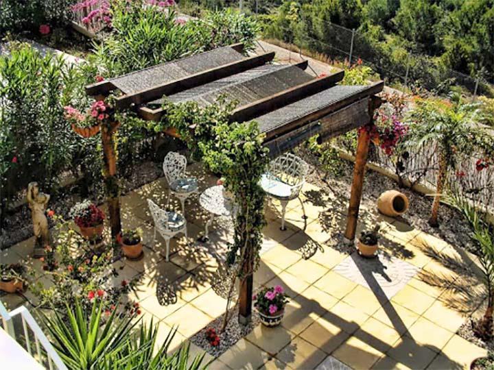 Садовая пергола с необычной крышей